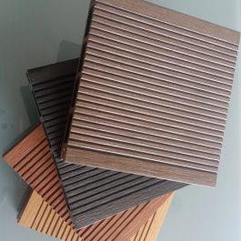 Koksnes- polimēru kompozīta terases dēļi un terases flīzes.